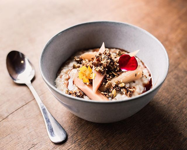 Fuel up for an amazing end to the week with our beautiful new probiotic whey porridge and rhubarb brekky! It's perfect for those chilly mornings 🍂