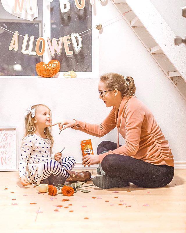 When I share Pocky, I share giggles & endless conversations with my oldest 🥰 honestly, she and I could sit in her dollhouse + eat @pockyusa chocolate covered biscuit sticks along with cups and cups of tea.. all day long! 🍫🙌🏼 One-on-one time with my oldest is so special to me the closer and closer we get to baby number 3's due date! 🤰🏼🧡✨ You can find Pocky at your local grocery store in the Asian Food aisle! #ad #ShareHappiness