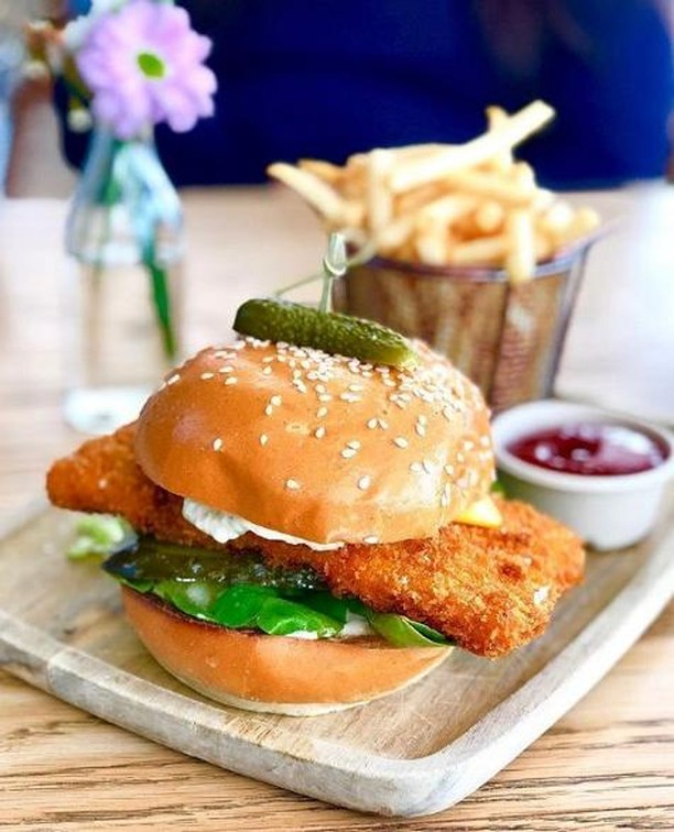 Our famous Barra Burger has returned. Will you be trying it this weekend? 😚 📷:@instafoodmonsta . . #SydneyLocal #prettycafe #prettycafes #beautifulcafes #beautifulcafe #cutecafe #cutecafes #iphonepic #aestheticcafes #aestheticsydney #sydneyaesthetic #instadessert #dessertporn #foodporn #cafehopping #foodphotography #foodgasm #pretty #cafe #instagood #instagramhub #instapic #instagram #flowers #prettycafes