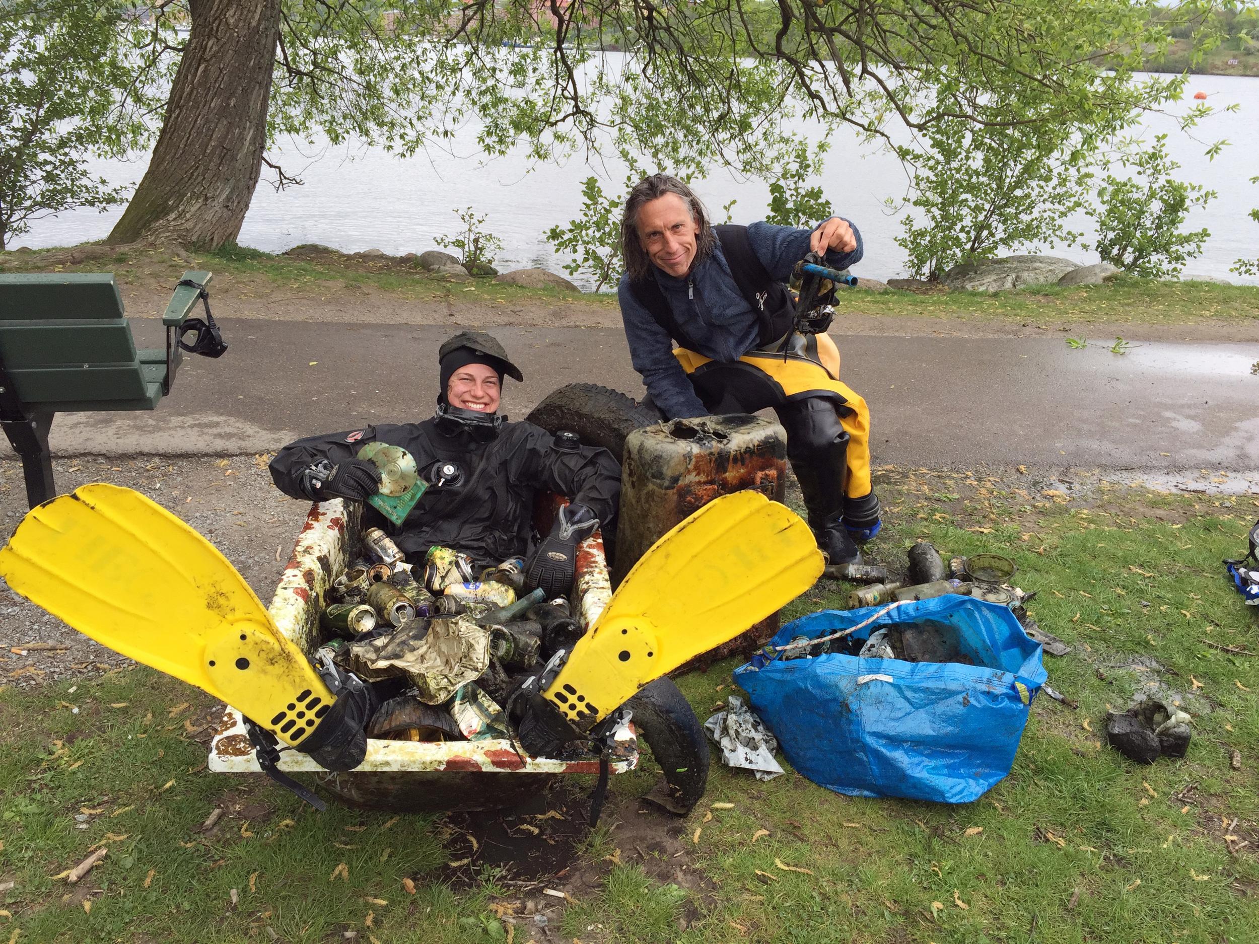 Stark duo som städar botten på Riddarfjärden – Linda och Oskar.