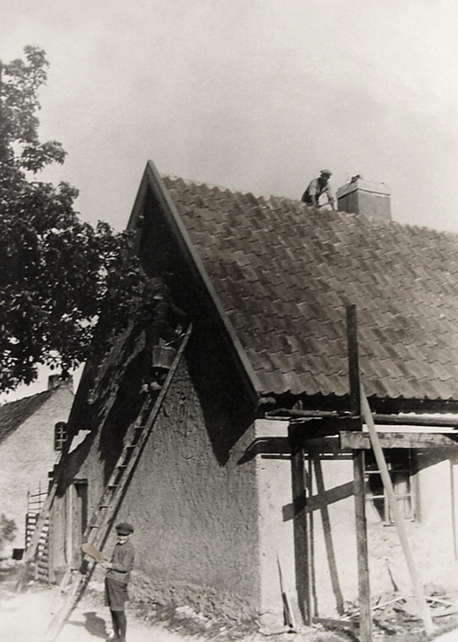 Renovering av taket på brygghuset kring sekelskiftet 1900.   Renovation of the roof of the bridge building around the turn of the century 1900.