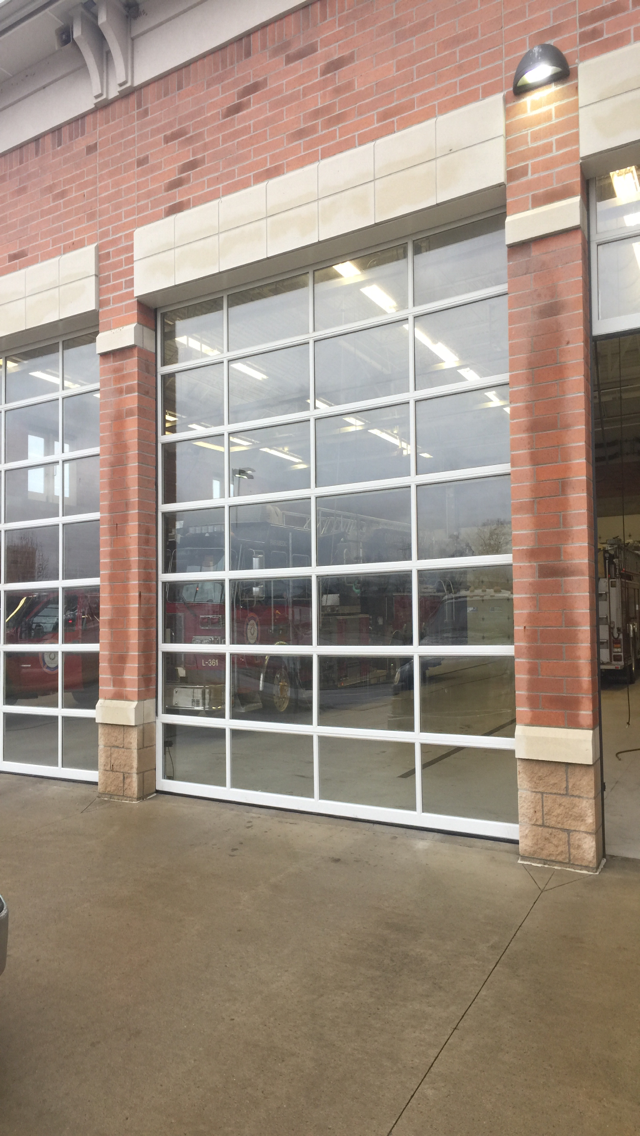Full view doors are a clear choice for auto dealerships, car washes, corrosive environments, police, fire and ambulance stations, quick lubes, repair facilities, restaurants, marinas, sports facilities and buildings with large opening sizes.