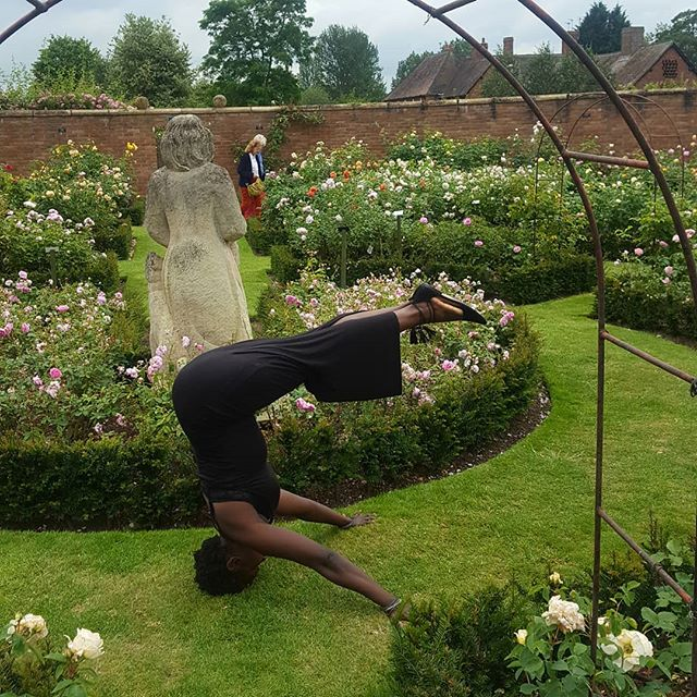 Any excuse to do a headstand, even in a dress😂😂 we will be getting upside down at the #urbanretreat next Saturday. Link in Bio. Nearest tube is Canada water or overground Surrey Quays.😁👌 Back when I was doing my 500hr course, which consisted of 10hrs of yoga a day, 6 days a week over 12 weeks, this pose was nigh on impossible for me. I remember feeling so wobbly and unbalanced in it and even mildly traumatised. And there was no way I could go up with straight legs. Fast forward 3 yrs, a stronger core, more self belief and time spent practicing = me upside down in a dress in the middle of a rose garden 😂 Boom😏💪