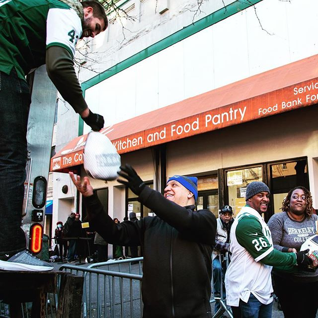 an absolute pleasure to work at the harlem @foodbank4nyc yesterday alongside the @nyjets & @berkeleycollege. thanks to everyone for coming out to volunteer in our community!