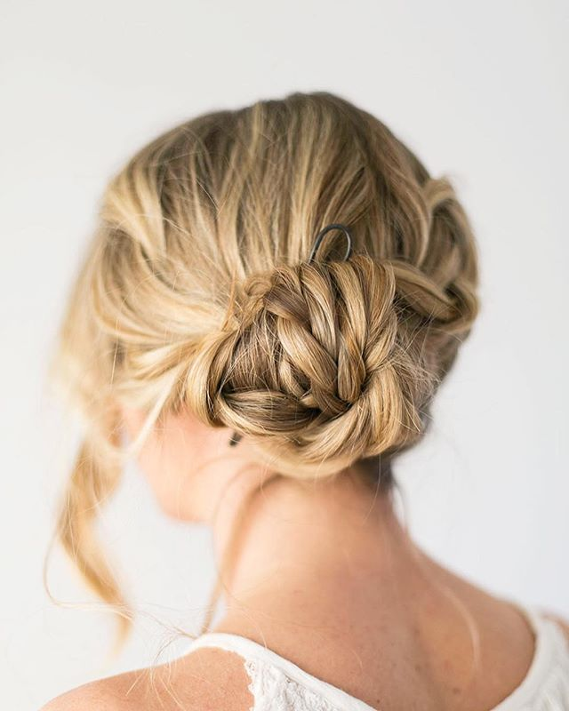 CA Makes 〰️ Owned & Operated by Chelsea Aiello 〰️ Buns are an effortlessly chic look for any occasion, but how do you take them from sloppy to stand-out? Chelsea combined her favorite hairstyle and creativity to dream up the perfect bun pin! Both her elegant, minimalistic pieces and hand-embellished, statement pieces will get you through long days at work and exciting nights out. Plus if you're hair-challenged like us, Chelsea has hair tutorials on her website and will walk you through each step of looking fabulous. 〰️ #SupportWOWO & follow: @ca_makes . 📸: @ca_makes