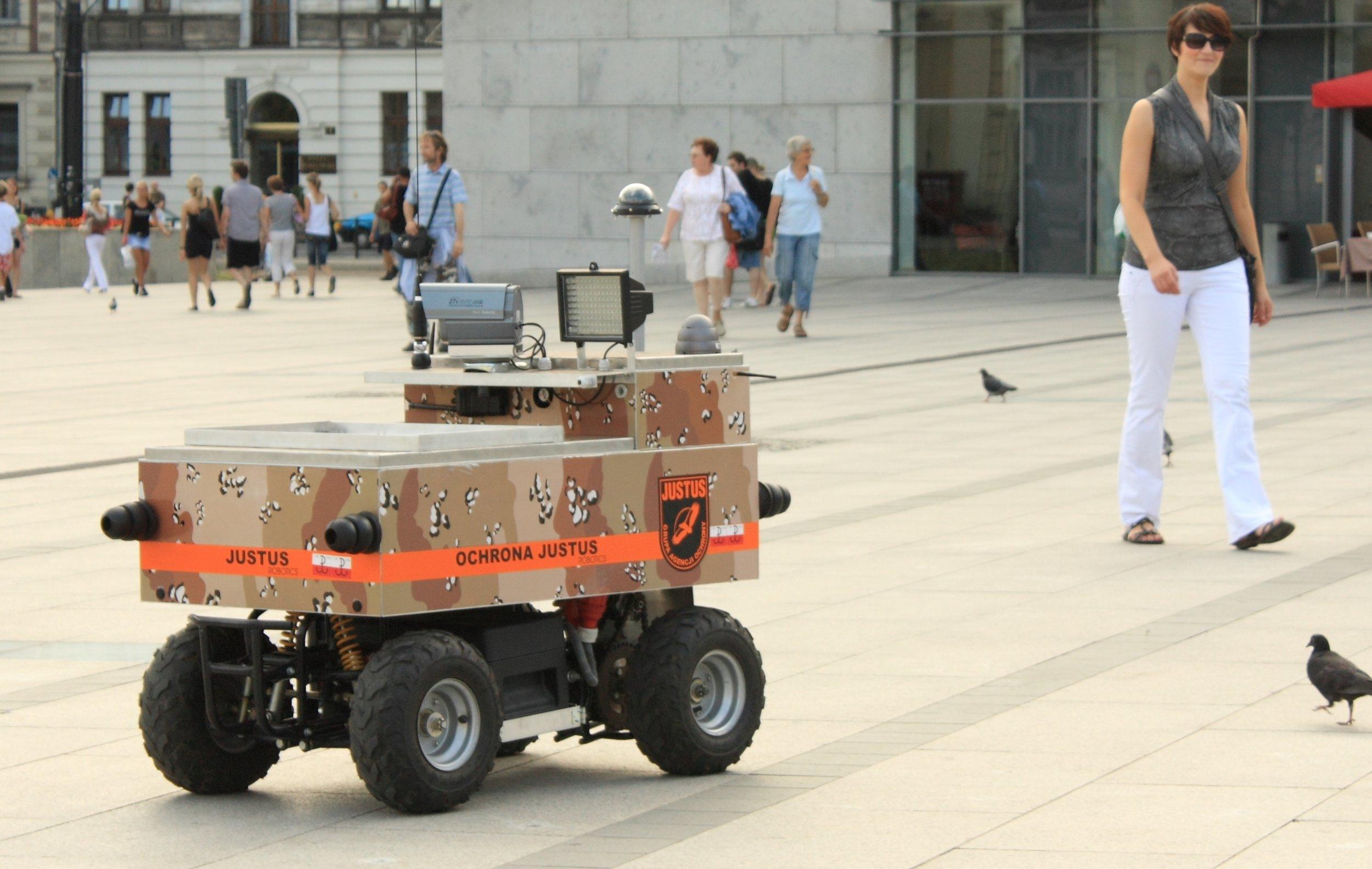 ' Justus robot in Krakow Poland ', by Matti Paavola ( CC BY-SA 3.0 ), via Wikimedia Commons.