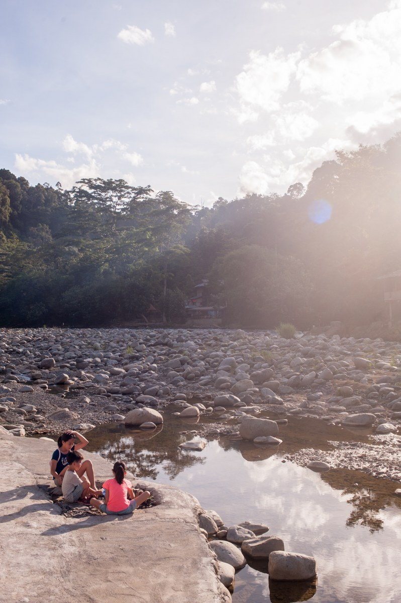 bukit-lawang-river-kids-play-1