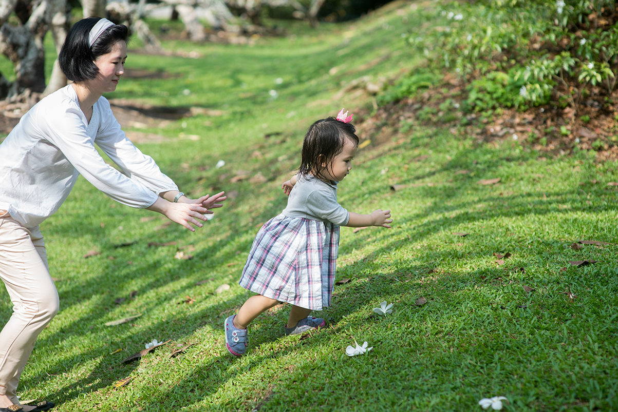 How to spot first-time parents? They would shadow their kids with arms outstretched.