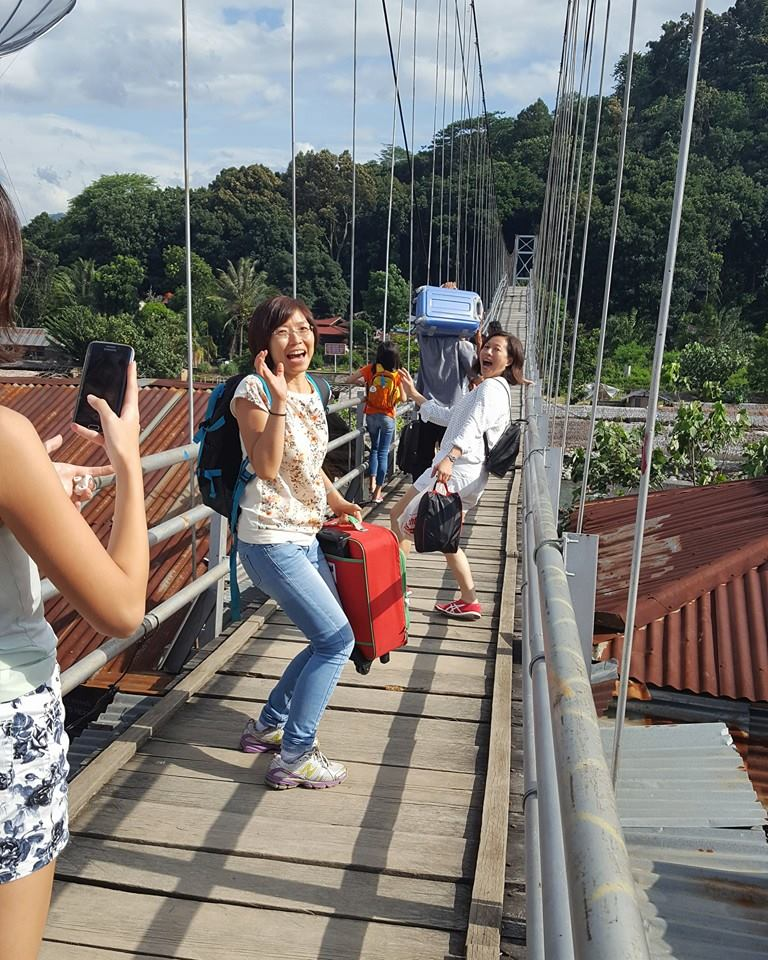 Crossing the unexpectedly long suspension bridge over a river in Bukit Wayang....I mean Lawang.