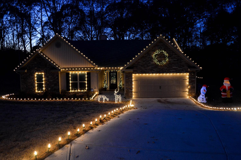roofline_-walkway-christmas-lights-crop-0575.jpg