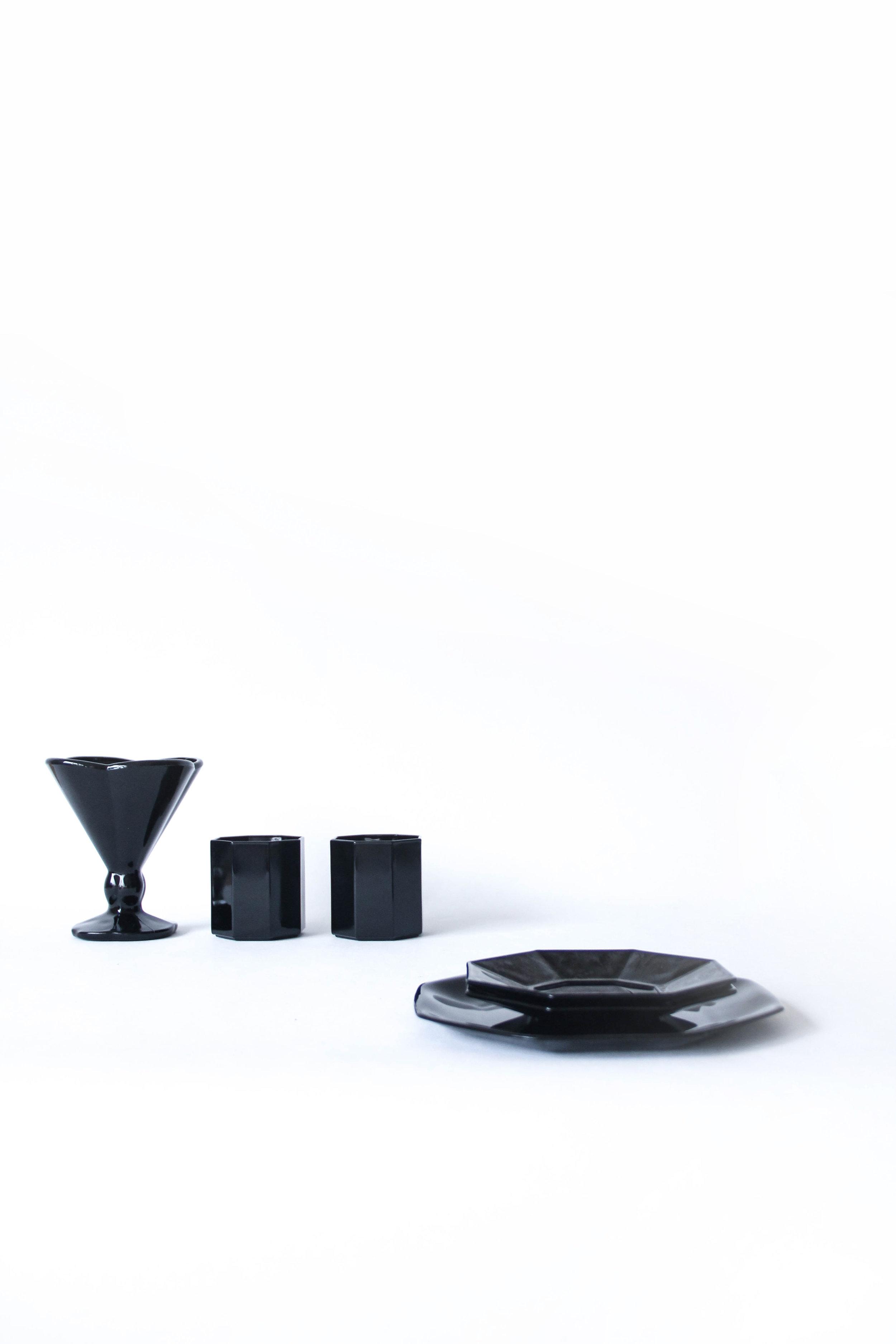 Back to black- € 35 - - Dessertset 6 personen- Bevat: 4 dessertborden (19 cm), 4 kopjes, 4 ondertassen, 4 ijscoupes- Vaatwas: all good- Gebruikssporen: blauwe schijn op enkele schoteltjes