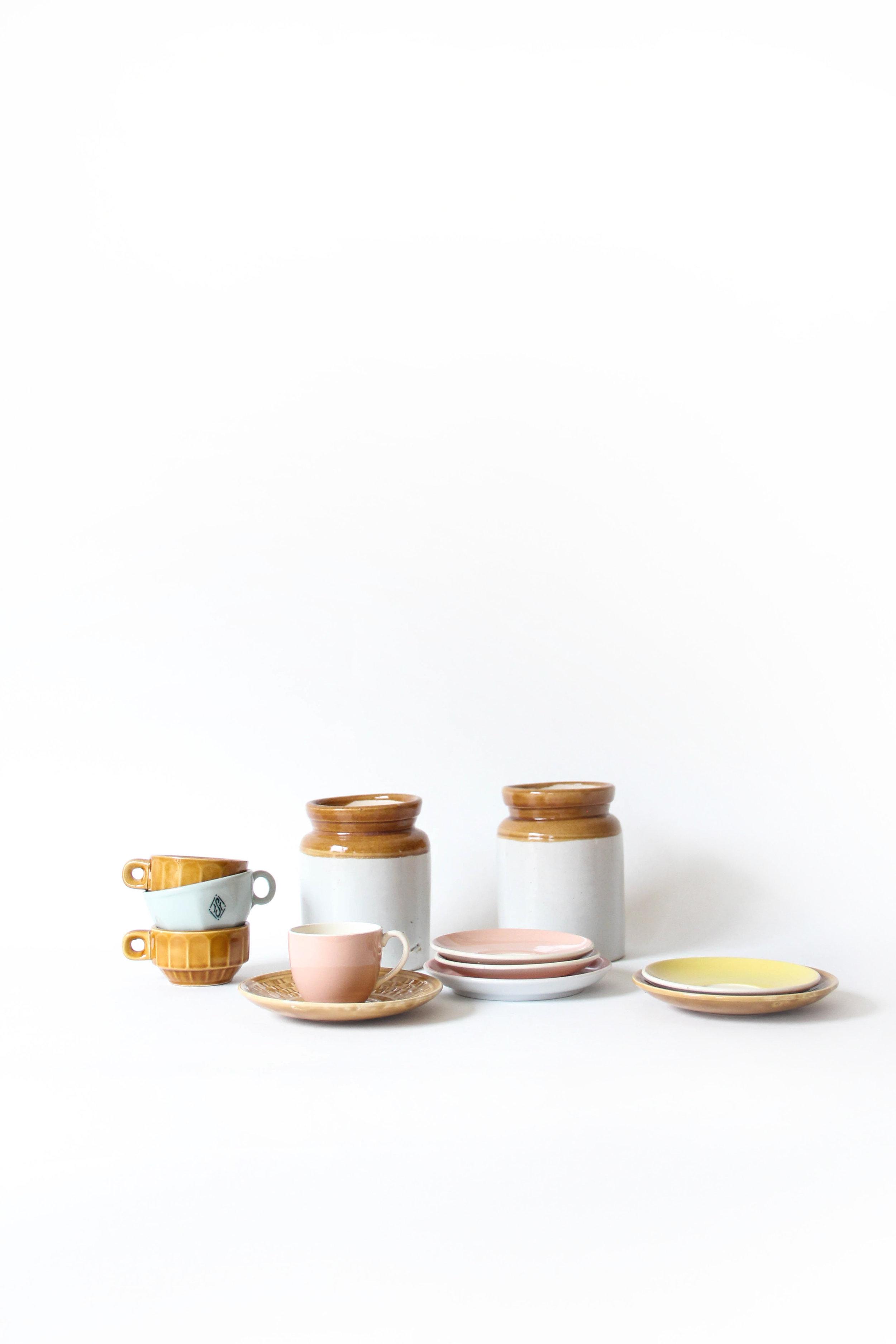 Espresso - € 37 - - Koffieset 6 personen- Bevat: 6 kleine kopjes, 6 ondertasjes, 2 stenen potten voor koffie of koek (13,5 cm hoog)- Vaatwas: fragiel, beter met de hand- Gebruikssporen, één schoteltje heeft een lichte beschadiging