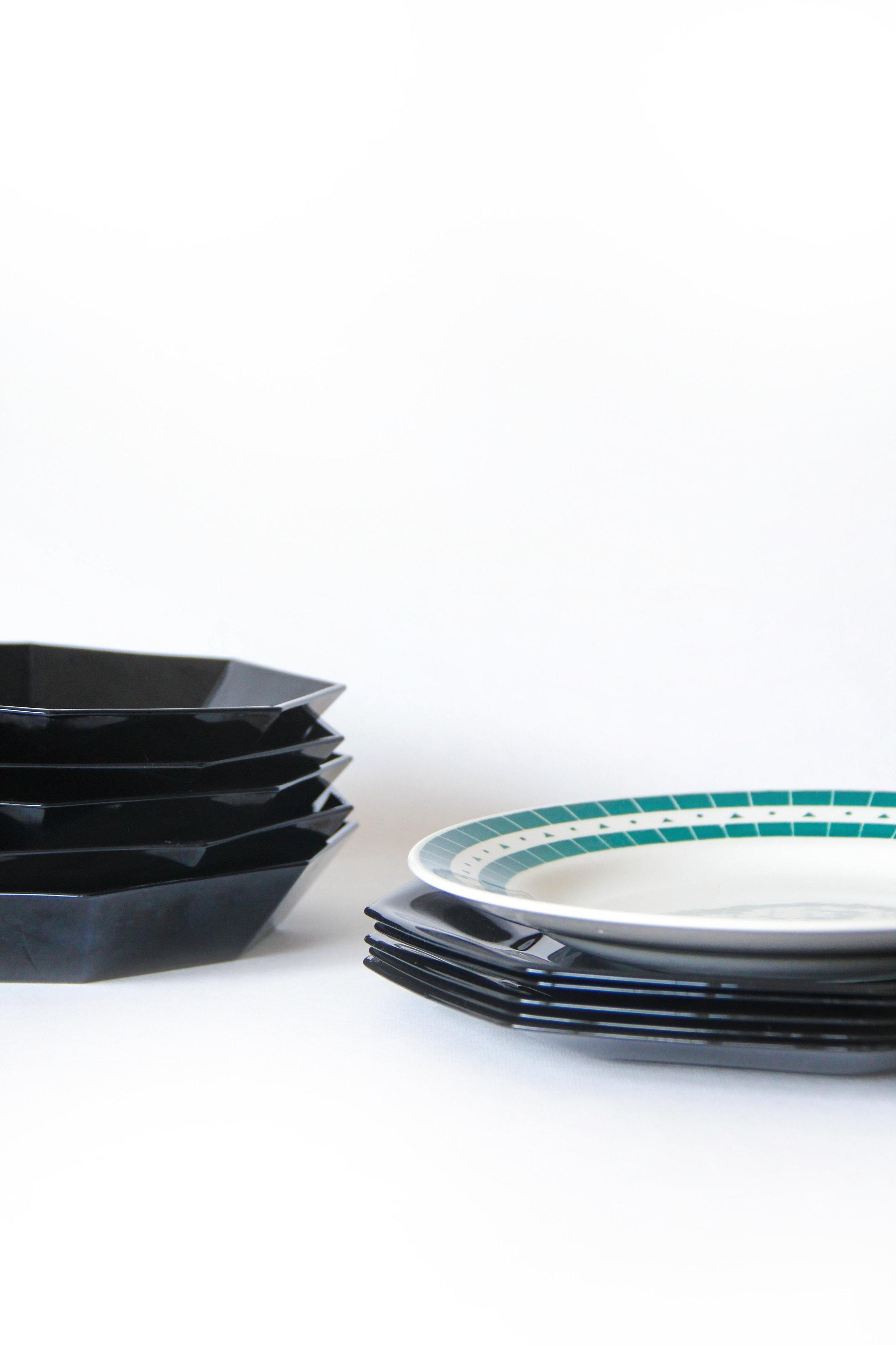 Pines - € 32 - - Dinnerset 5 personen- Bevat: 5 onderborden (25 cm), 5 borden (23,5 cm), 5 diepe borden (20 cm)- Vaatwas: zwart wel, groen beter met de hand- Gebruikssporen, geen schade