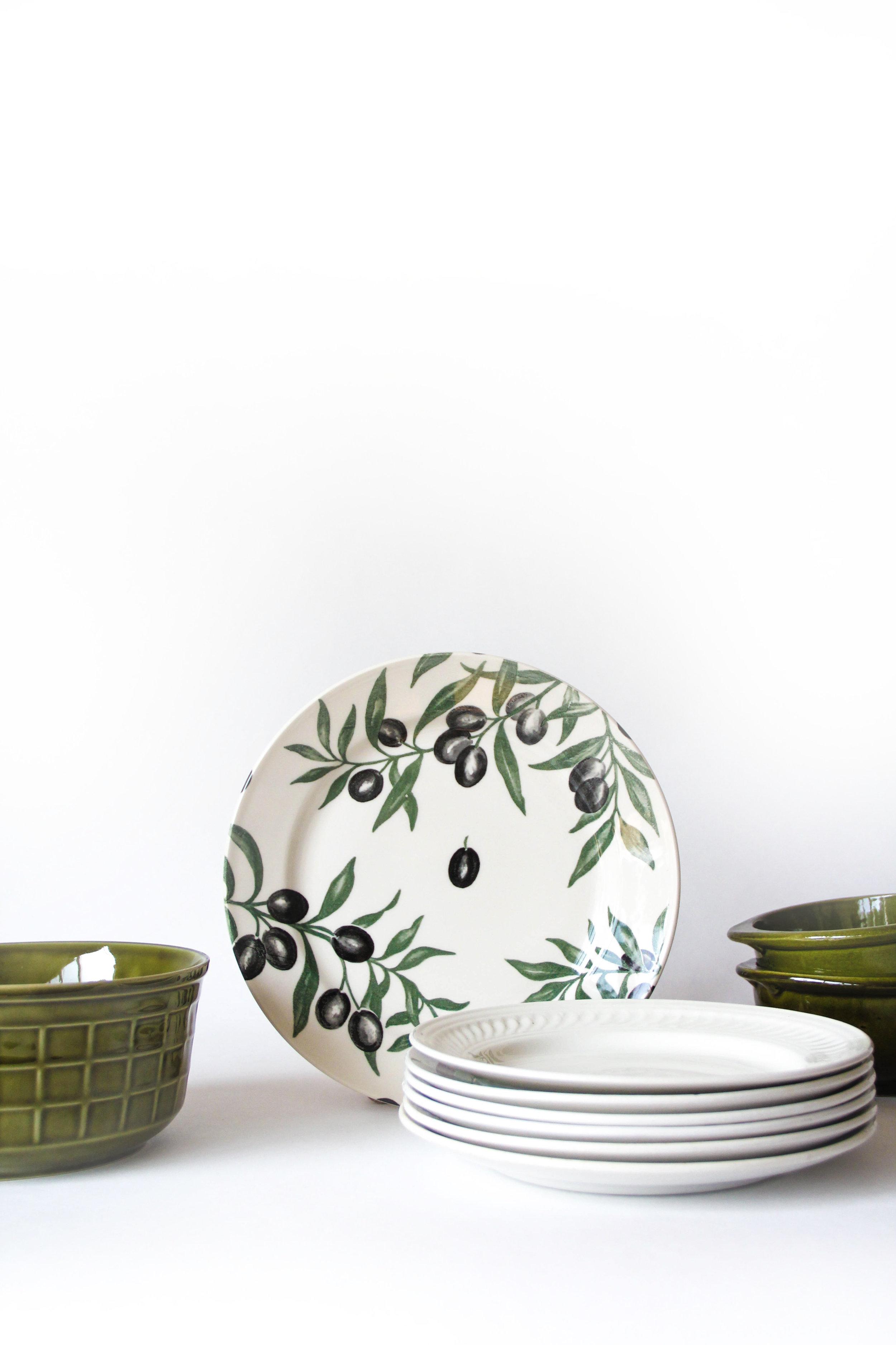 Olive - € 37 - Gereserveerd- Dinner/tapasset 6 personen- Bevat: 6 onderborden (26,5 cm), 6 borden (23 cm), 1 grote kom (20 cm), 2 kleine kommetjes (14 cm)- Vaatwas: all good- Klein stukje van één van de borden