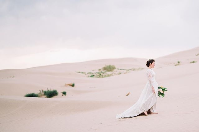 Gorgeous bride, gorgeous sand dunes, best combination. 👌🏼✨
