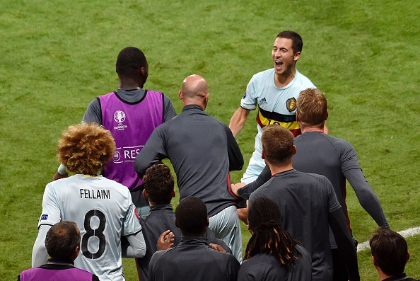 Eden Hazard celebrates his stunning individual goal with the bench. (Photo by PASCAL PAVANI/AFP/Getty Images)