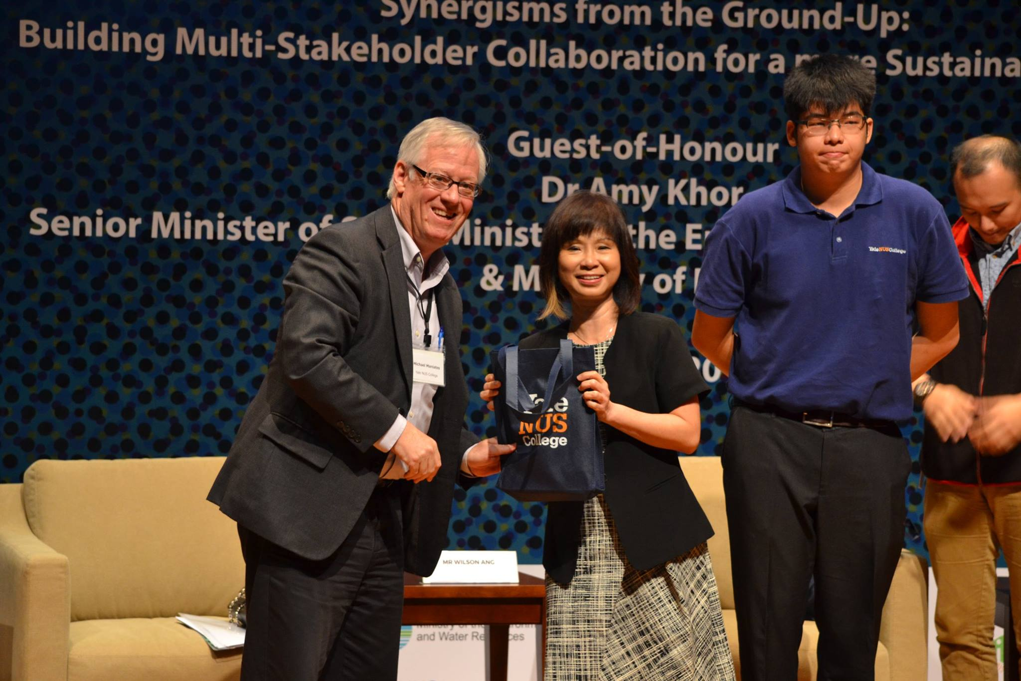 Our Guest-of-Honour Dr Amy Khor presenting a token of appreciation to panel moderator, Prof Michael Maniates.