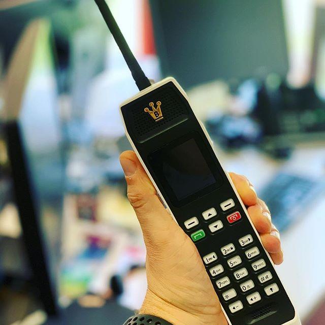 Who you gonna call? Das Telefon steht mal wieder nicht still und wir sehen noch lange kein Wochenende. Zum Glück haben wir #thebrick von Achtung Werbung! #binatone das Ding ist Multi SIM fähig, hat eine Taschenlampe, Radio + MP 3, kann ein IPhone komplett als Akkupack aufladen und Hey - es hat Snake👍  und gepaart mit einem IPhone als  Telefonbuch hat es die großartige - ich klemm mir mal mein Telefon unters Kinn Funktion (kennt jemand überhaupt noch sowas?) #retrophone #telefon #bonn #iphone #iphoneaccessories #köln #whoyougonnacall #ichsehenochkeinwochenende #bonnrheinaue #eifelexplorers #technikliebe #tmobile #telekom #sonneundichbinimbüro #koblenz #technik #agenturleben