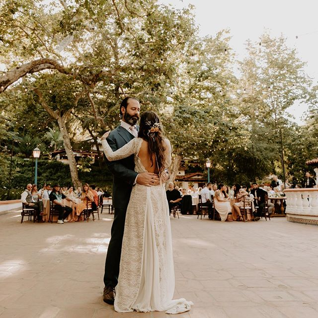 String lights, trees and the prettiest first dance. Alisha and Ryan danced while their favorite band played in the background and it was MAGICAL ✨✨✨ who else loves first dances?! They give me all the feels!