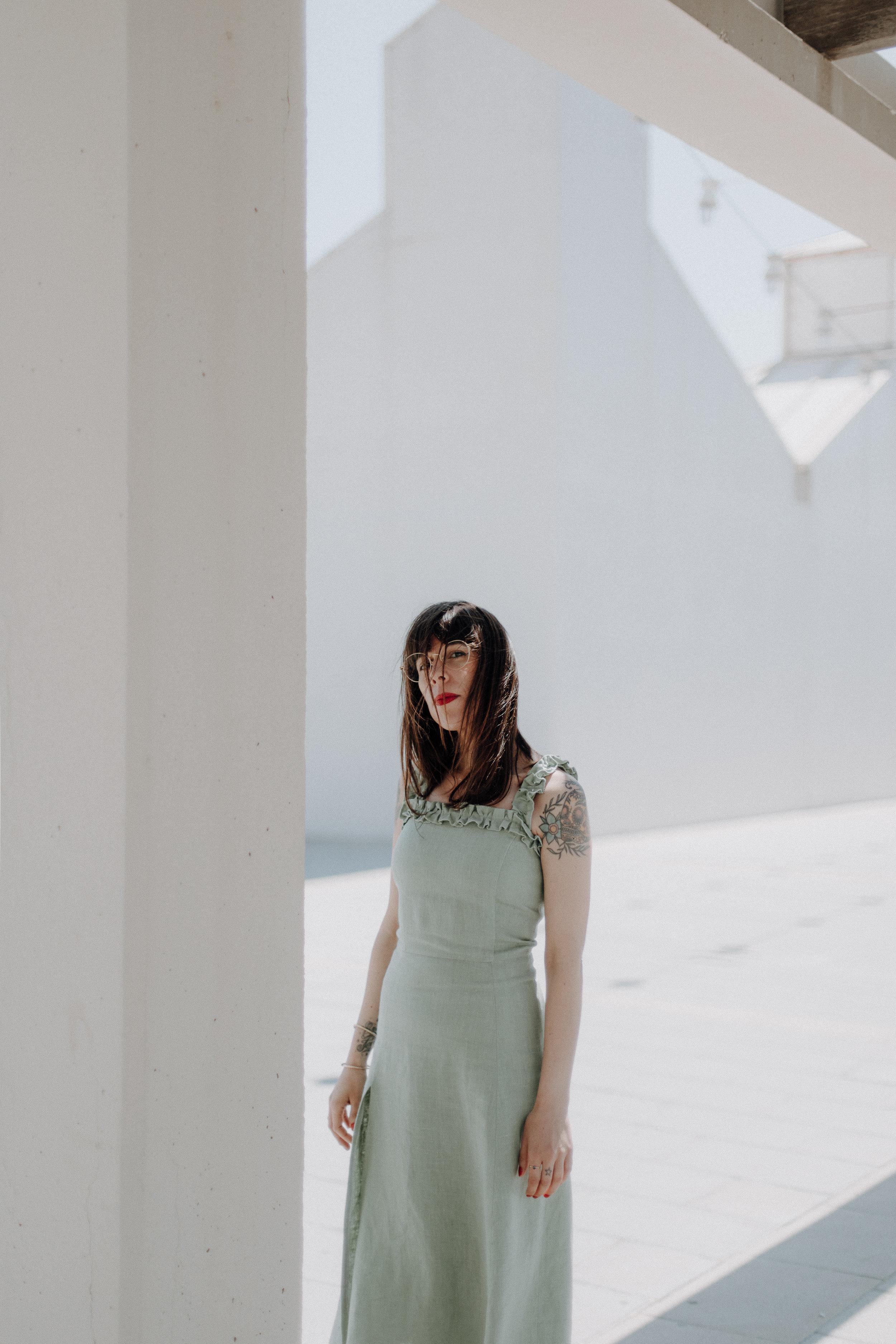 Sandra viste un vestido de lino hecho a mano por Neko. - Fotografía de Paula Rosell.