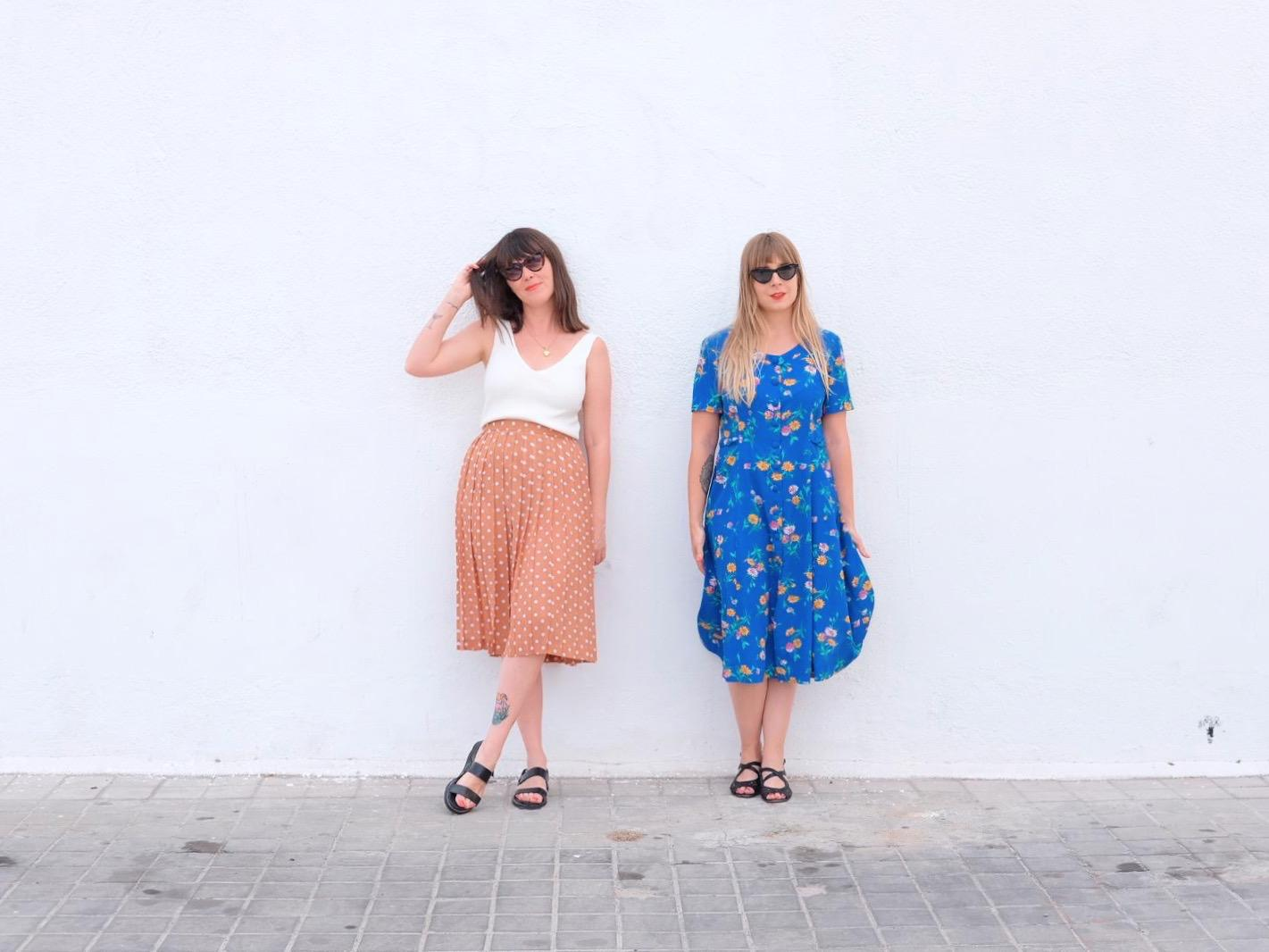 Cristina A. y Cristina V. son las jefas supremas de Girly Girl Magazine, un revista digital que habla sobre cosas de chicas. Porque TODO son cosas nuestras.  Las dos visten ropa de Neko Vintage.
