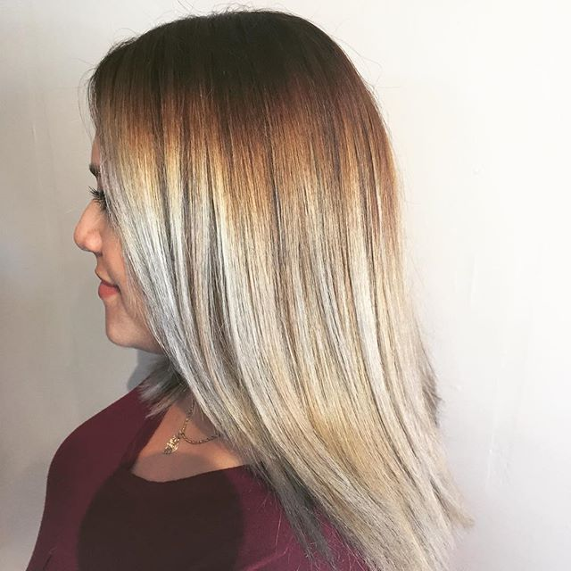 When everything works out just right 🙌🏽🙌🏽 balayage/ombre by @cheyennec007 #blonde #balayage #silverhair #kenrametallics #behindthechair