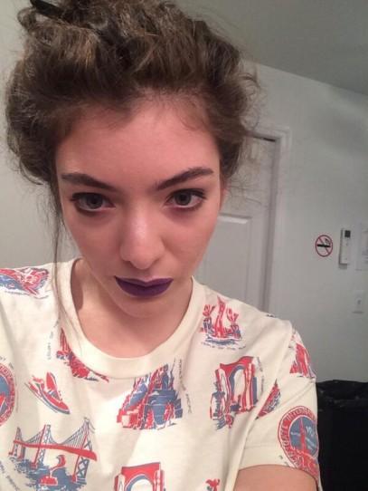 lorde-purple-lipstick-selfie-407x542.jpg