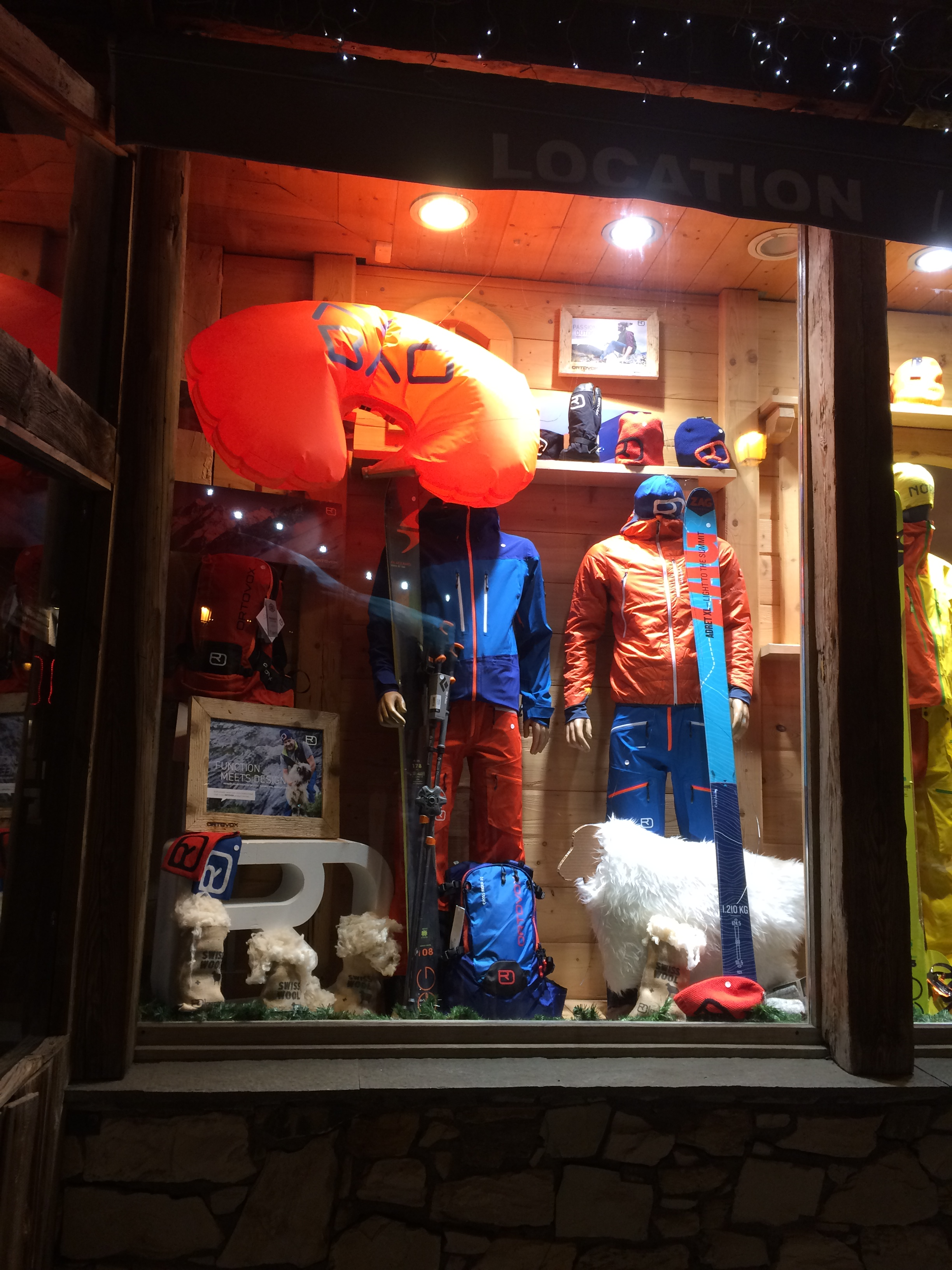 Vitrine du mois de décembre chez  Mountain Pro Shop  à val d'Isère