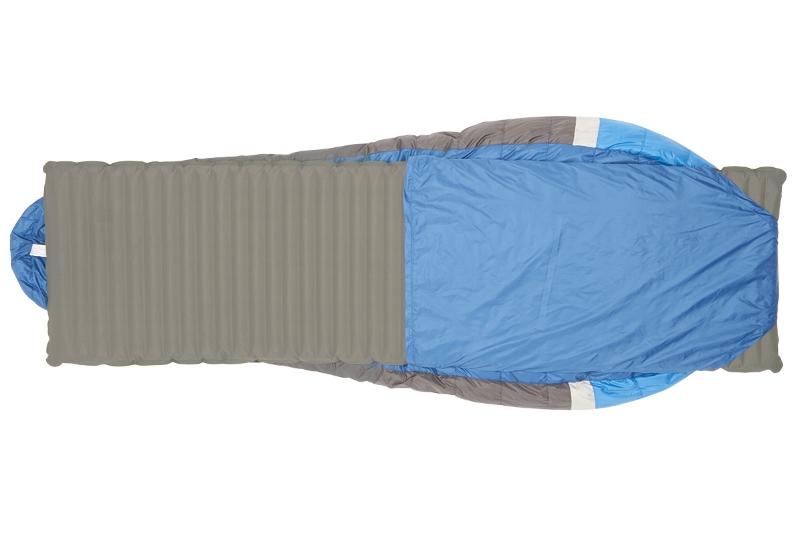 Cette gamme de sac de couchage est prévue pour résister à des températures basses, cependant il peut arriver d'avoir rapidement chaud. Pour éviter d'étouffer de chaleur, le Backcountry Bed est équipé d'une sortie d'aération pour les pieds brevetée appelée «foot-trap » (toujours sans Zips et sans velcros).