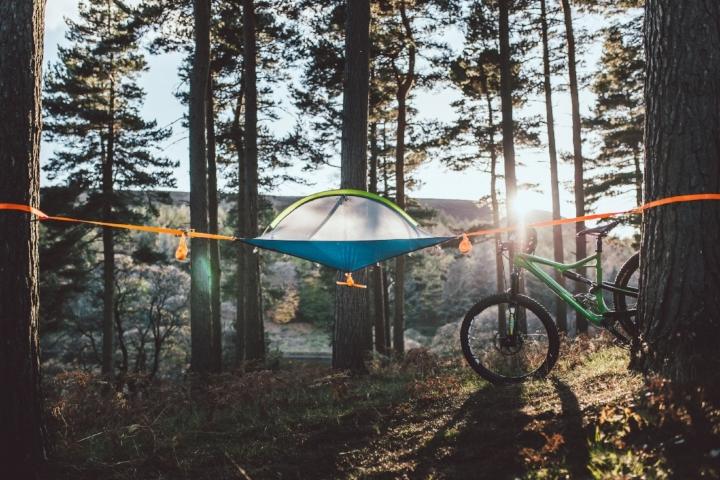 Tente tentsile UNA dans la forêt