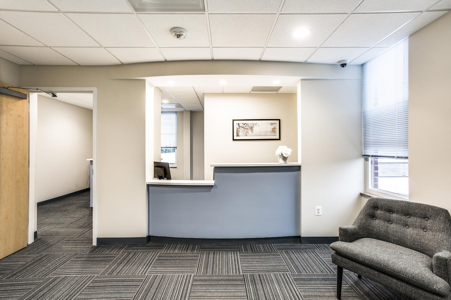 Comfortable and flexible front desk with seating for 4 employees