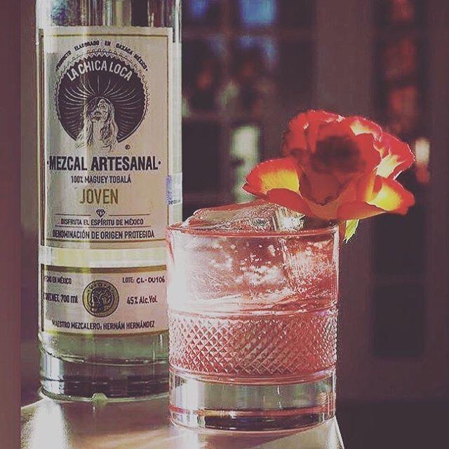 Try best flavour. Try #cocktail 🍹 . TrUe CoLOuRs 🌈 by @thecocktail.blog . . . . . . . . . . . . . #oldfashion #fruity #banana #lavender #berries #tobala #tobalalachicaloca #mezcallachicaloca #orange #dashoflemon #ontherocks @mezcalboutique @lachicaloca.wtf @artofdrinks