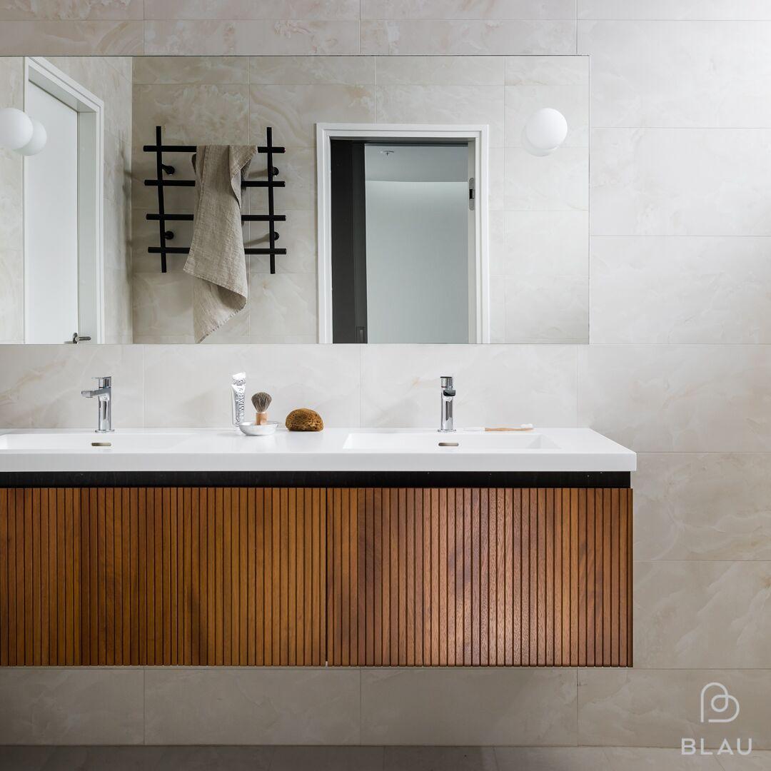 Corian taso kylpyhuoneessa upotetuilla altailla.