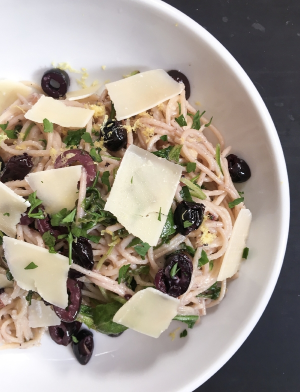 Nothing to eat? Keep your pantry well stocked in case of emergencies and any recipe is possible, like this Lemony Pasta with Black Olives that is both gluten-free and vegetarian!