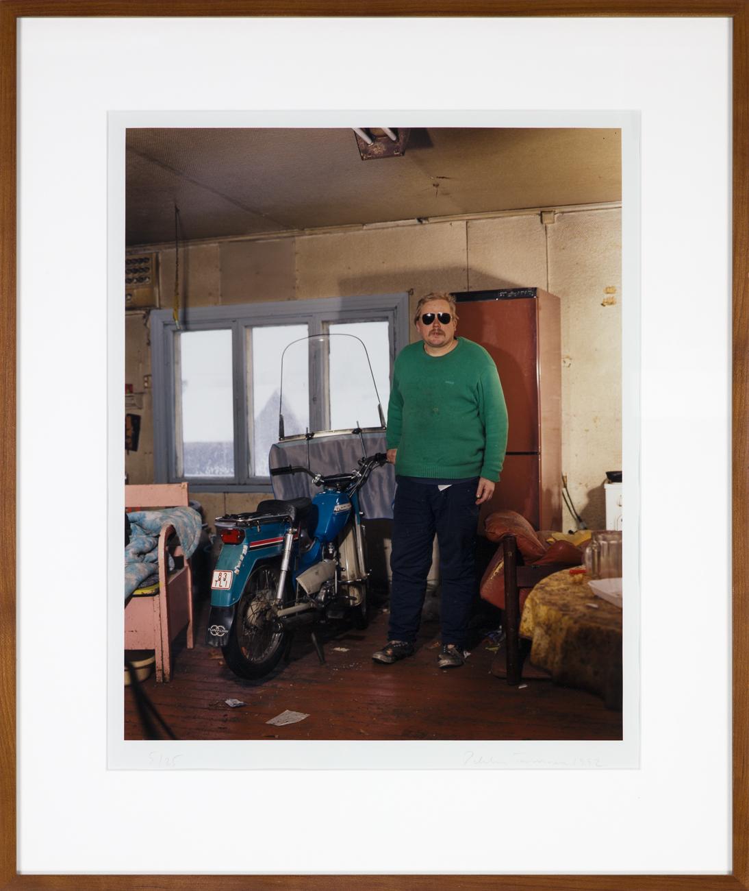 Pekka Turunen  En man och en moped  1996 C-print, 5/25 45,5 x 37 cm
