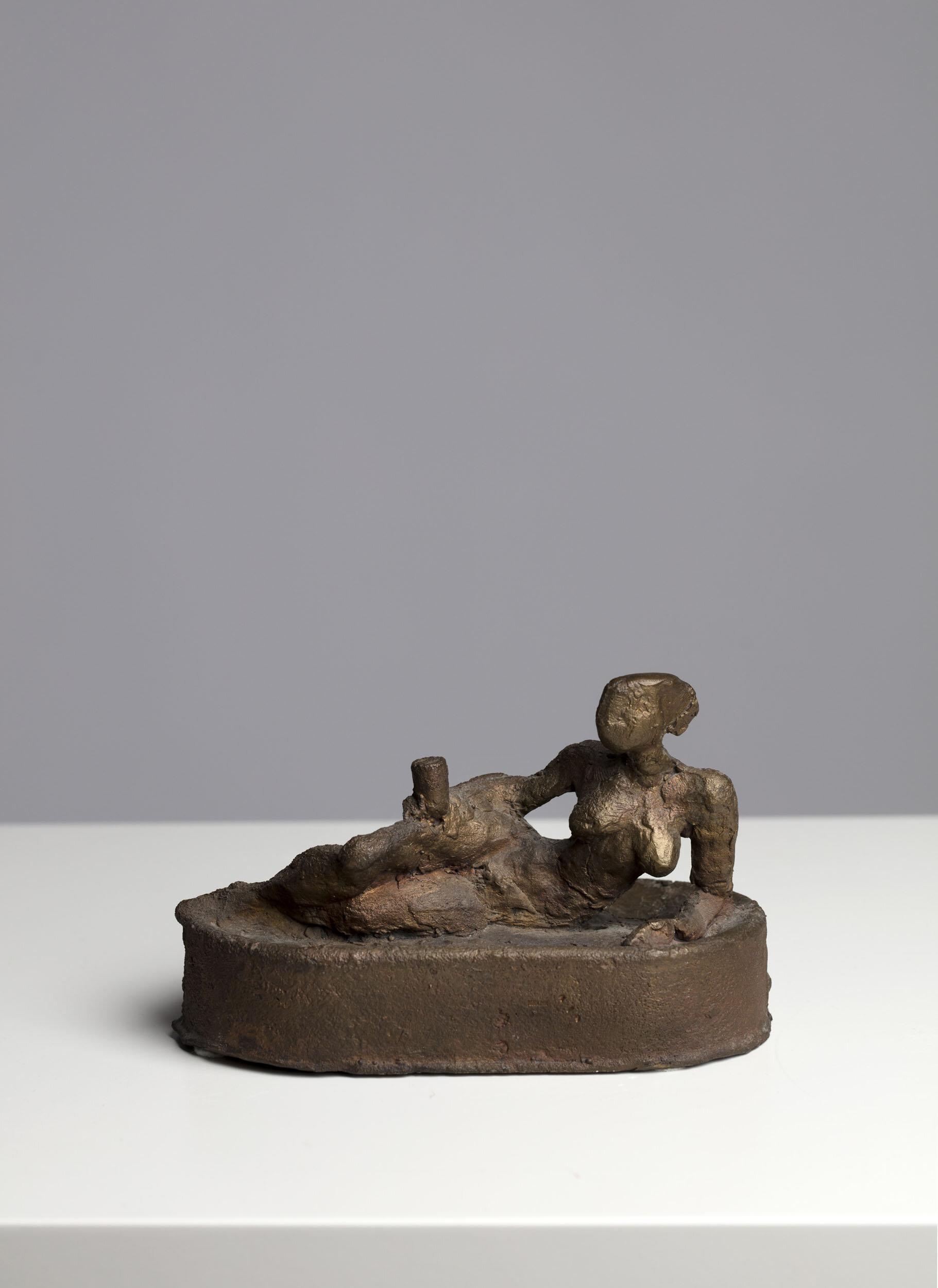 Peter Dahl   Kvinna på sardinburk  Skulptur, brons Längd 15 cm