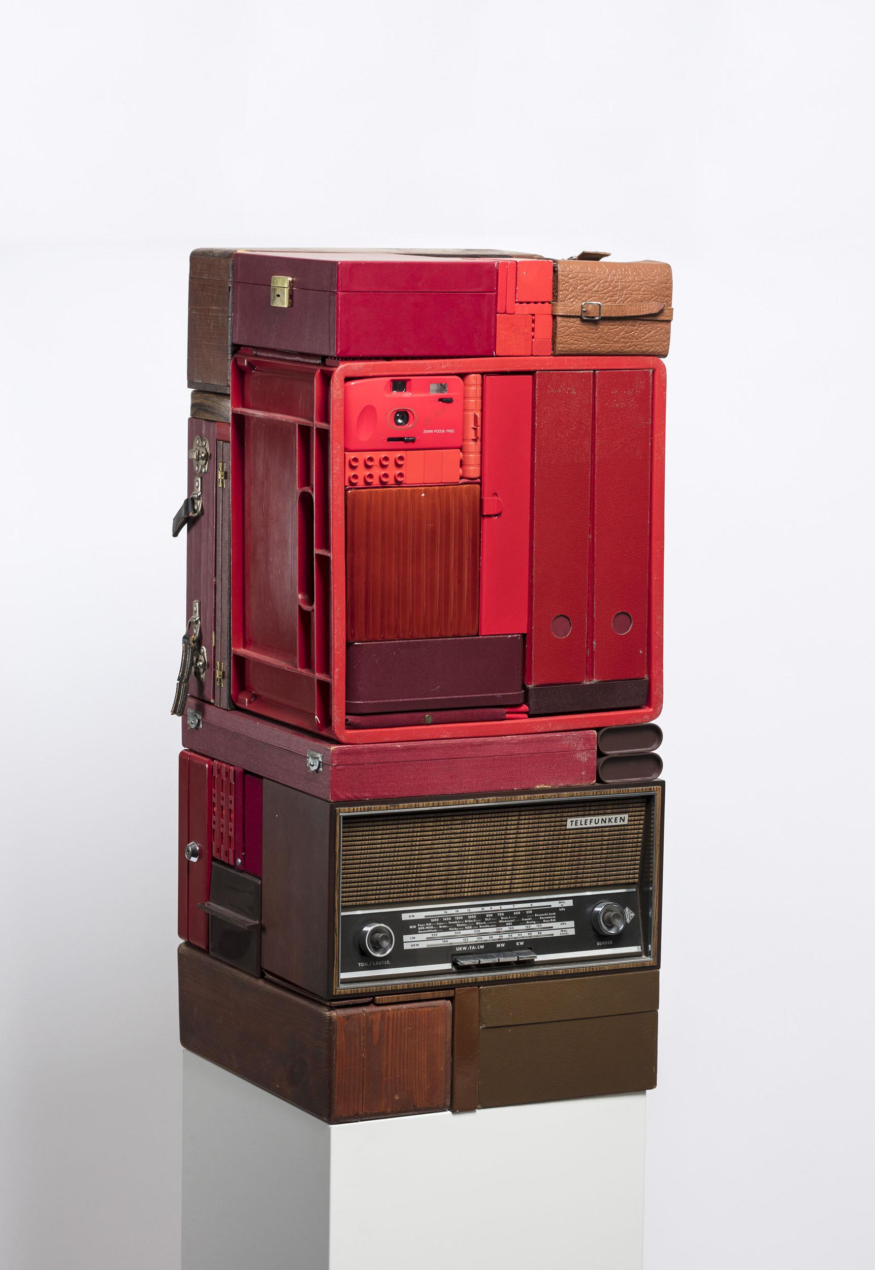 Michael Johansson   Vertical Transistion in Red  2013 Signerad på etikett undertill  Skulptur, blandteknik/assemblage  83 x 36 x 36 cm