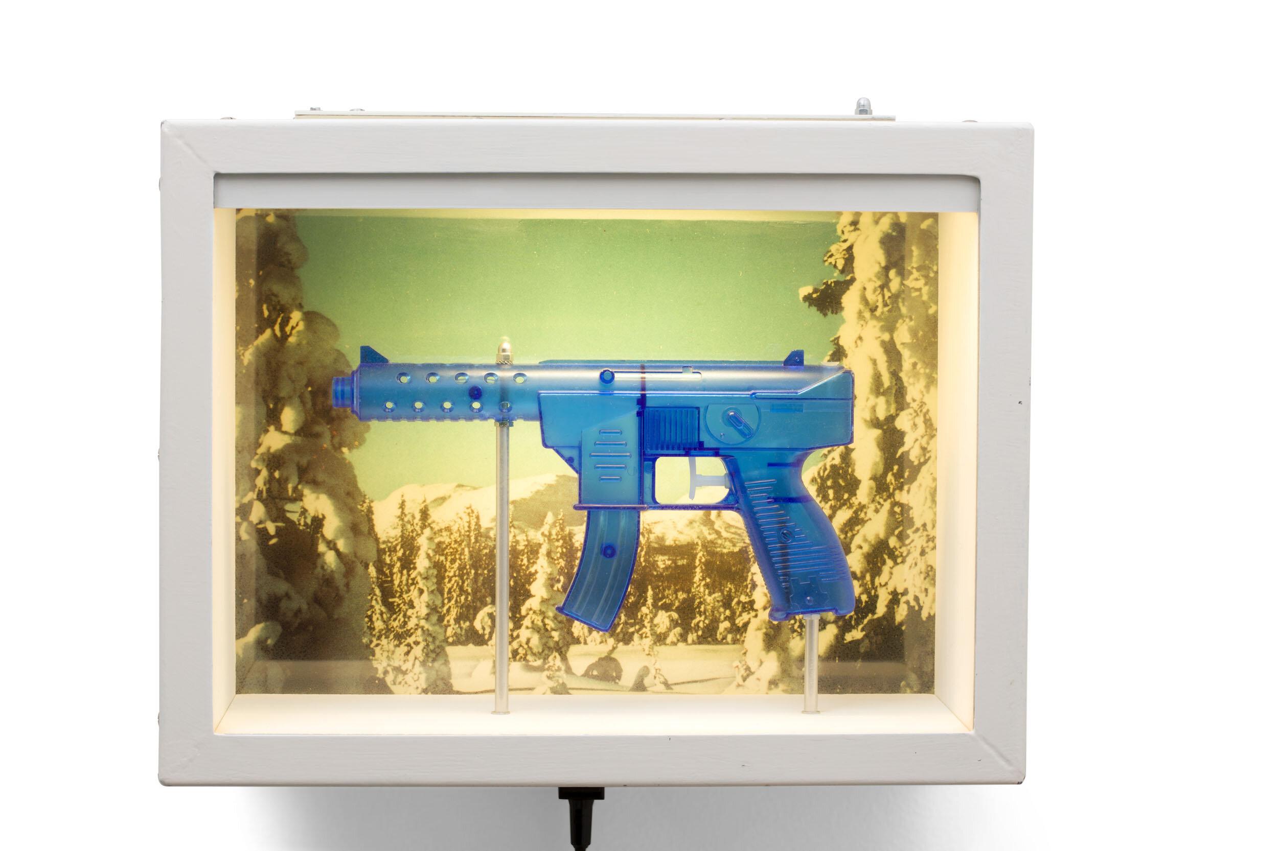 Martin Wickström   Cuernevaca Guns  1990 Signerad och daterad Olja på masonit, MDF-låda, glas, plast, metall, belysning, el 32,5 x 43 x 30,3 cm
