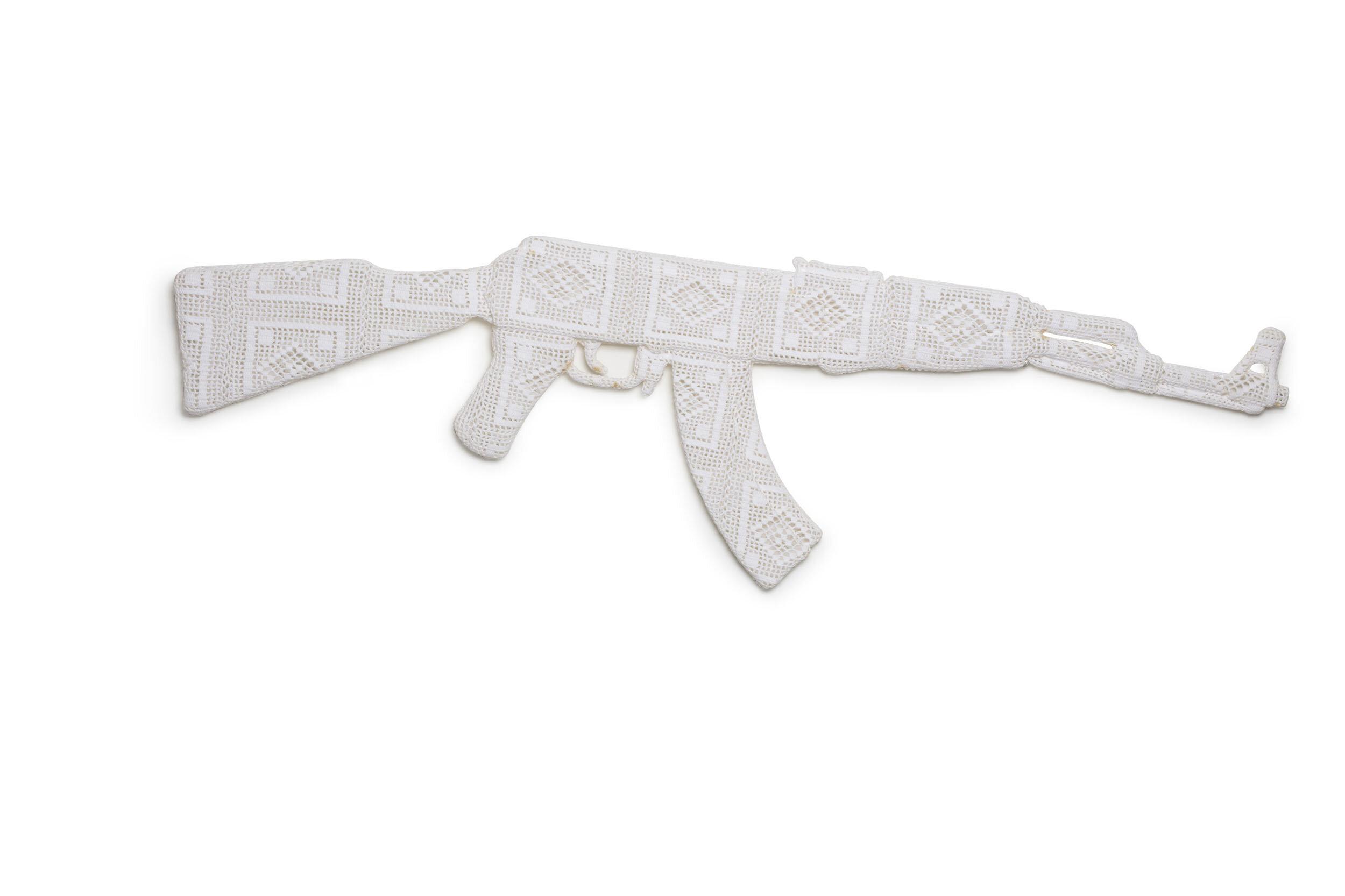 Tova Fransson   Kalashnikov  1989 Skulptur, virkat och stärkt garn Längd 149 cm