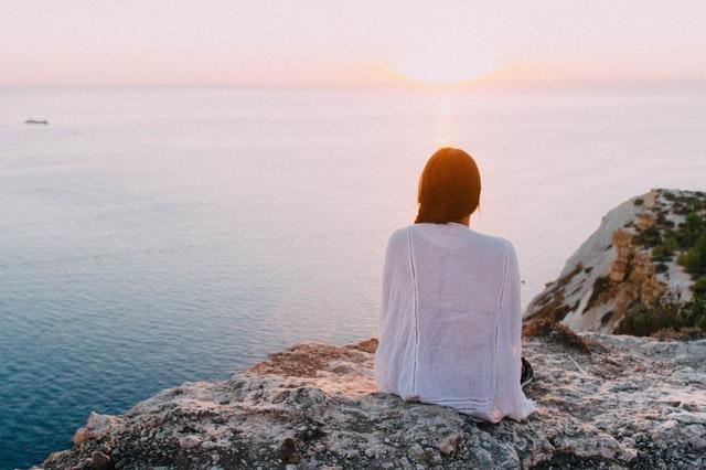 - Istun laiturilla aurinkotuolissa. Kuuntelen lintujen ääniä, tunnen auringon lämmön ihollani ja luonnonkaunis maisema avautuu silmieni edessä. Ystäväni istuu vieressäni, ja lukee kirjaa. Olemme hetkeä aiemmin nauttineet rauhallisen aamupalan laiturilla. Mikä rentous tässä sunnuntain aamussa.
