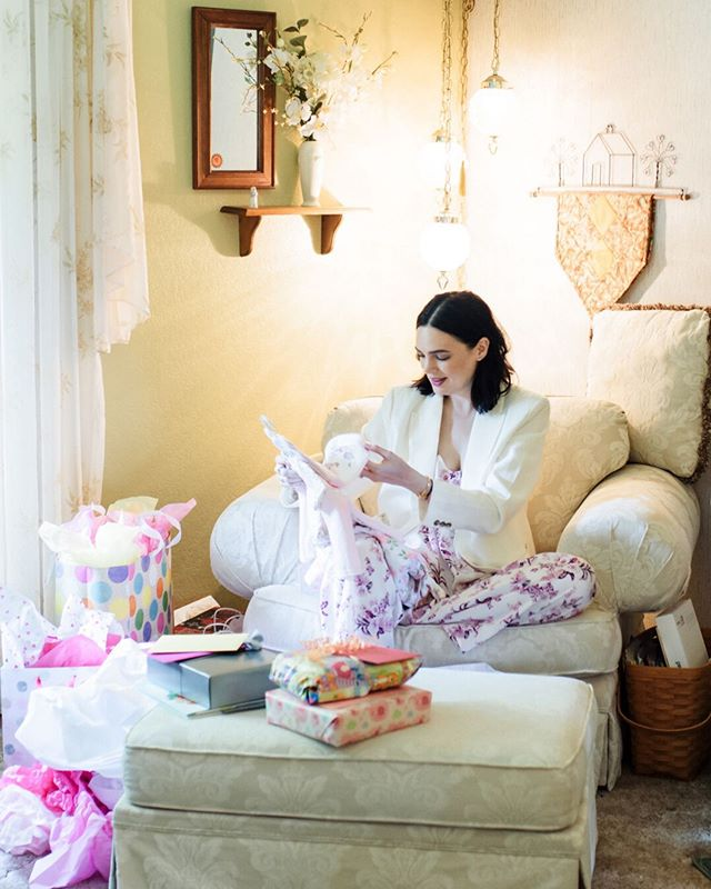 I LOVED that this stylish soon-to-be-mama wore a white blazer over a silk pant set! So chic, so comfy and now I want all the silk pant sets to lounge around my house in
