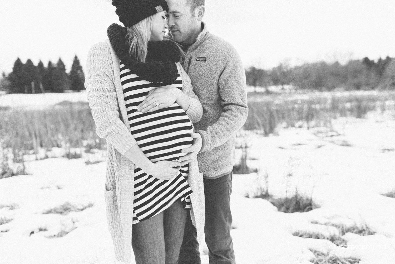 st-paul-maternity-photographer-winter-outdoor-maternity-session_1114.jpg