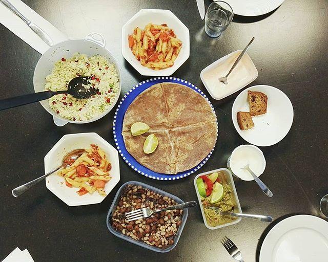 Visste dere at Fletta har startet en ny tradisjon? Før hvert redaksjonsmøte, tar alle med seg litt mat hver, for så å spise og kose oss sammen! En mett redaksjon, er en produktiv redaksjon!