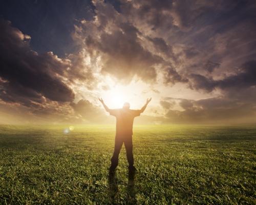 man-lifting-hands-in-worship-at-sunset_HX6VZ1MxC.jpg
