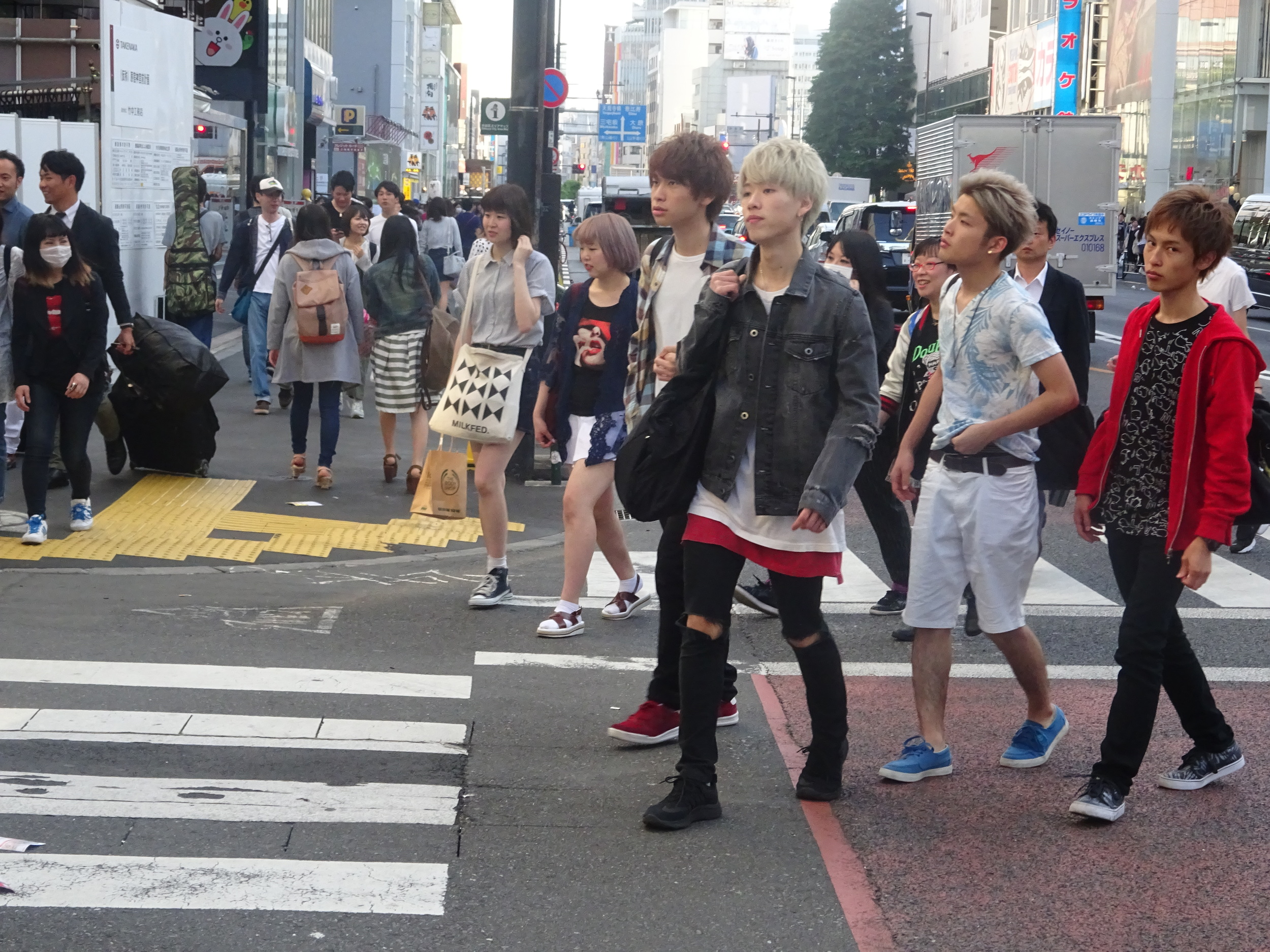 BOYS IN TOKYO.    I WAS HONESTLY SURPRISED BY HOW MANY BOYS COLOR THEIR HAIR IN JAPAN.