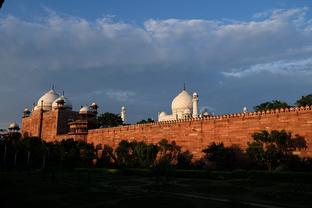 The back of the Kau Ban mosque and the west wall of the Taj Mahal complex, and the Taj Mahal