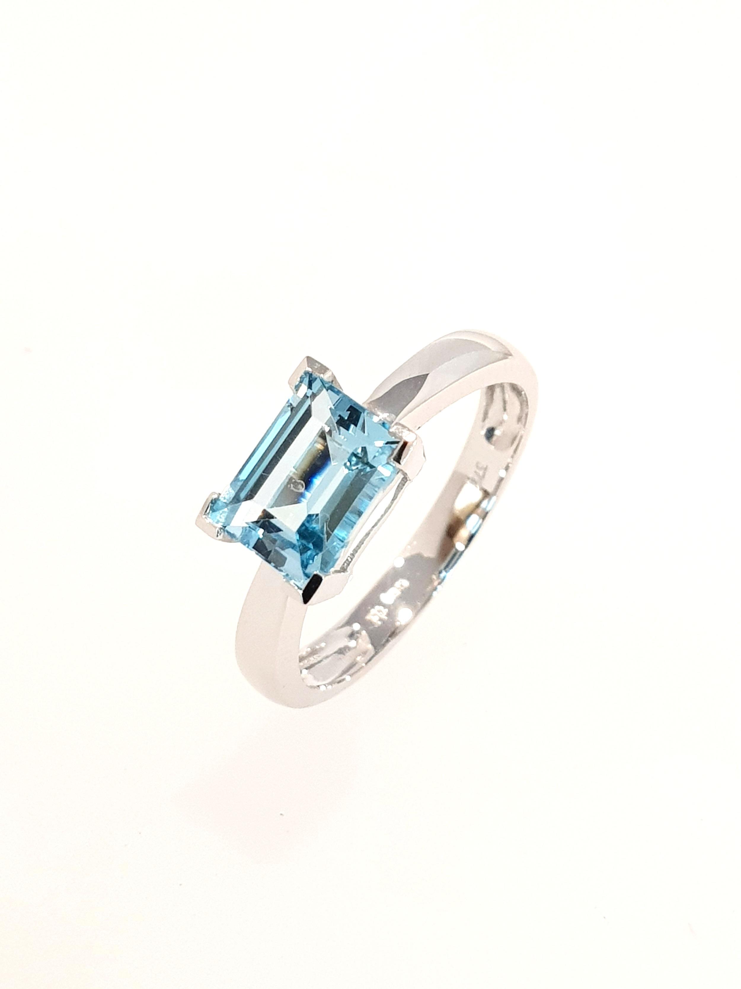 9ct White Gold Blue Topaz Ring SOLD  Stock Code: G1964  £300
