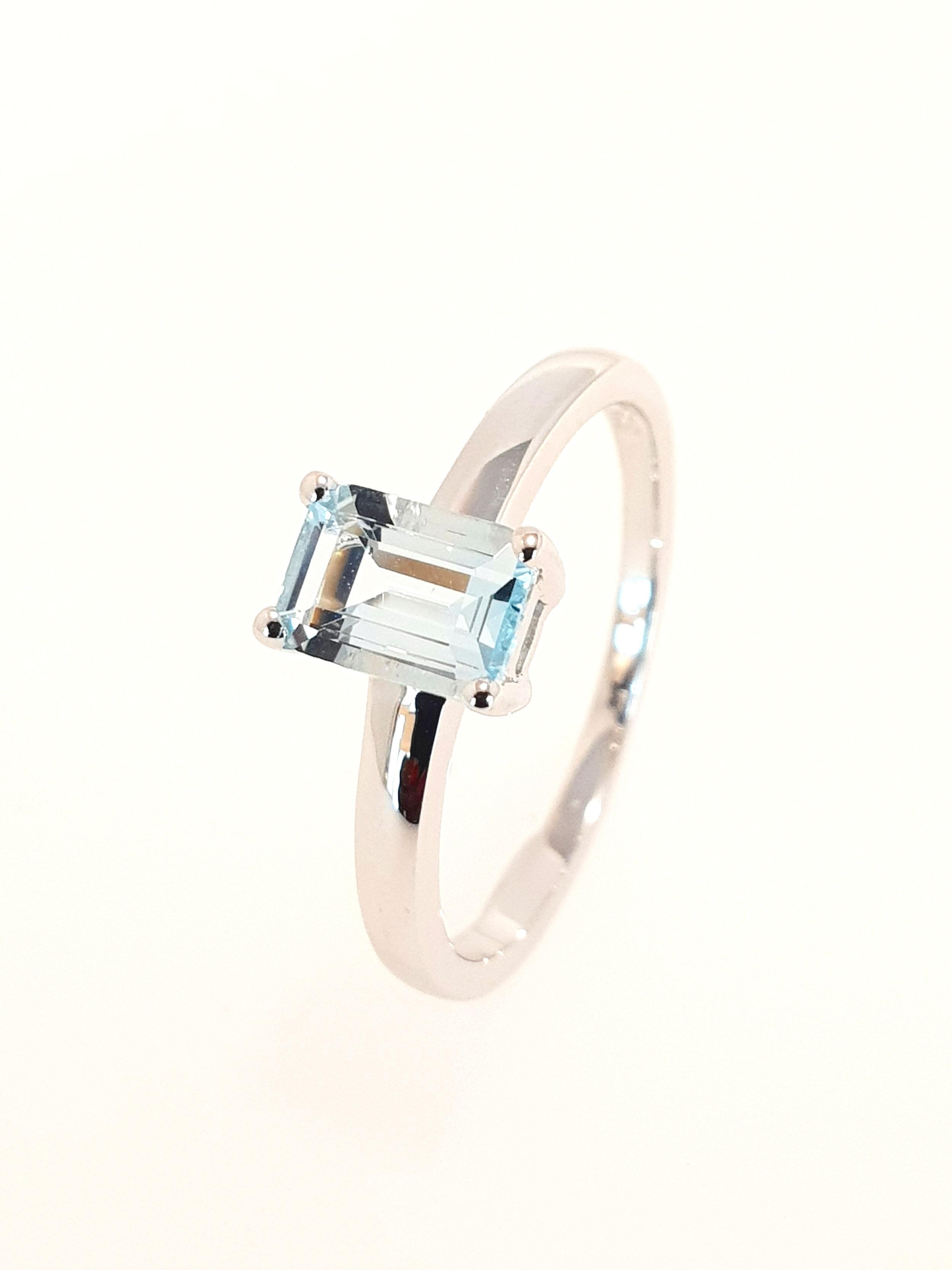 9ct White Gold Aquamarine Ring  Stock Code: G1965  £400