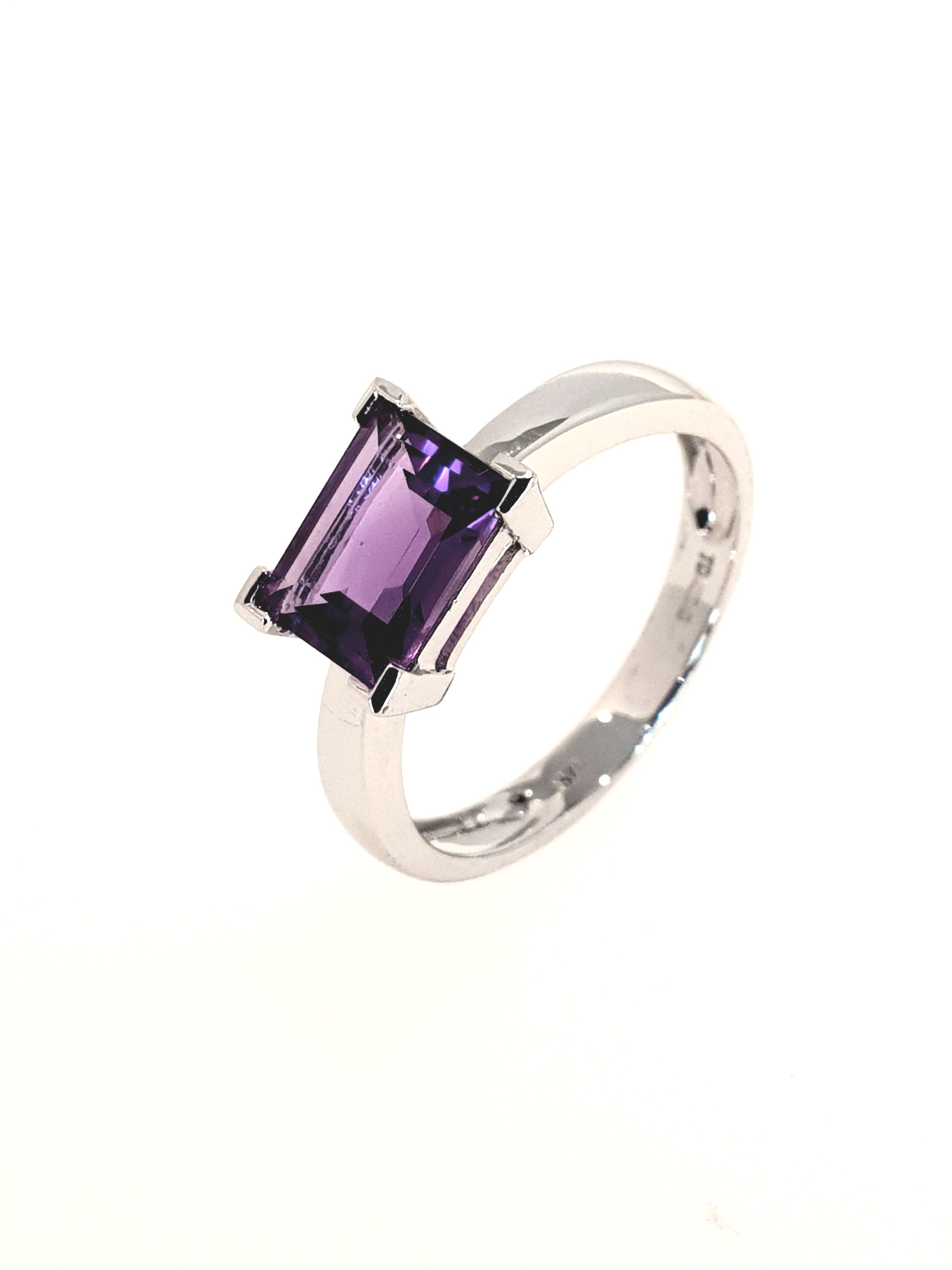9ct White Gold Amethyst Ring  Stock Code: G1963  £300