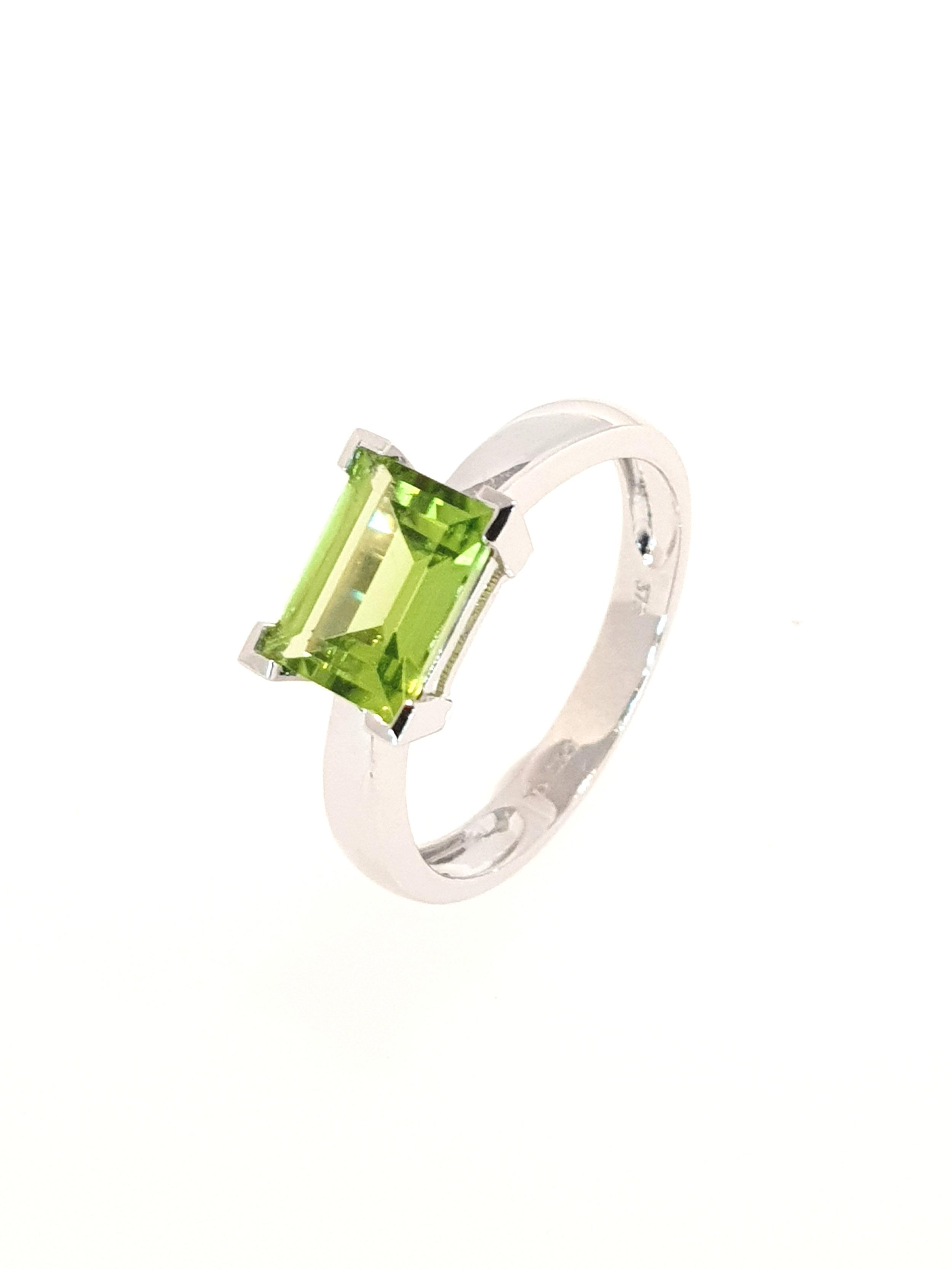 9ct White Gold Peridot Ring  Stock Code: G1962  £360